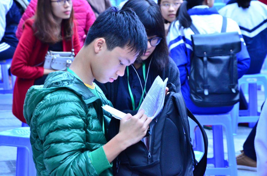 Một thí sinh tranh thủ ôn lại bài trước giờ thi