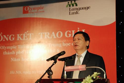 Ông Phạm Hữu Hoan – Trưởng Phòng Giáo dục Trung học - Sở Giáo dục & Đào tạo Hà Nội đọc quyết định khen thưởng